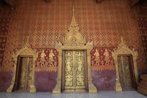 las puertas del templo, luang prabang, laos foto