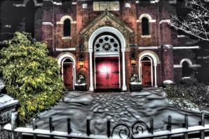 Entrada de la iglesia cerrada en la nieve.