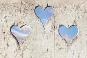 Mira en forma de corazón en la puerta de madera para letrina. foto