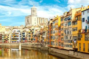 Girona. veelkleurige gevels van huizen aan de rivier de Onyar