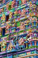 parete colorata e figure sulla facciata del tempio indù