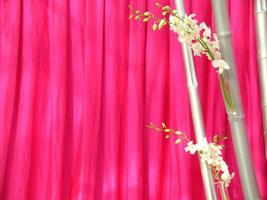 orquídeas delante de seda tailandesa rosa