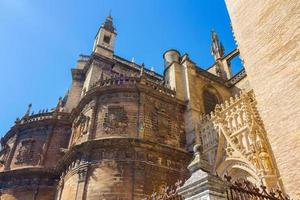 detalles de la fachada la catedral santa maria la giralda