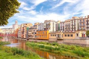 girona. fachadas multicolores de casas en el río onyar
