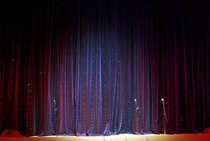 telón de escenario y micrófonos