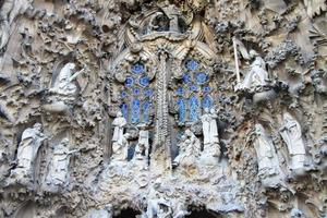 kerststal façade van sagrada familia tempel, barcelona, catalonië, spanje