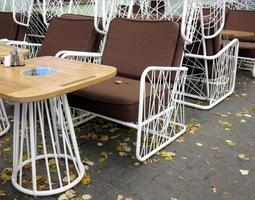 Terraza de café de otoño vacía con mesas y sillas. foto