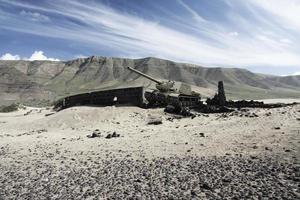 tanque em ação no campo de batalha