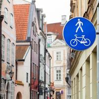 Señal de carretera de la zona peatonal azul en la ciudad vieja