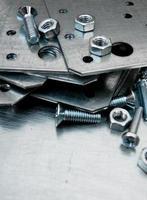 Preparaciones de metal y elementos de fijación en el fondo de metal rayado.