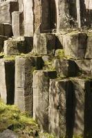 pedra geométrica e concreto
