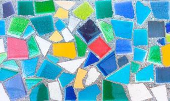 colorido mosaico de azulejos rotos de trencadís. foto