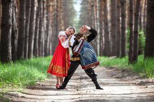 pareja bailando en traje tradicional ruso foto