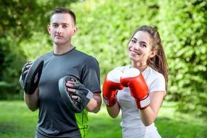 pareja deportiva en el parque foto