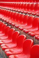 filas de asientos rojos vacíos del estadio foto