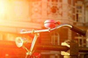 Amsterdam vista con bicicletas bajo la luz del sol foto