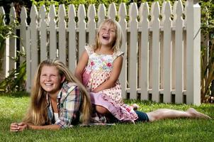 zusters poseren in achtertuin