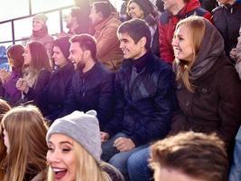 Aficionados al deporte aplaudiendo y cantando en tribunas. foto