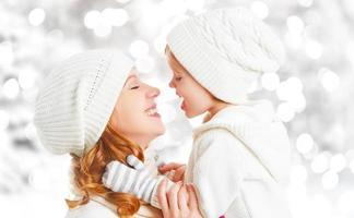feliz, familia, madre e hijo, hija bebé, en, un, invierno