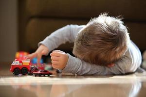 kleine jongen speelt met auto's