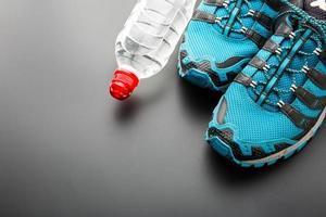 corredores deportivos y una botella de agua foto
