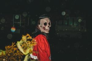 persona con máscara de calavera