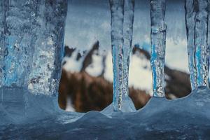 primer plano de hielo con montañas