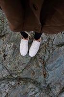 pessoa usando sapatos brancos