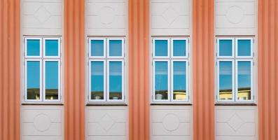 edificio de hormigón naranja y beige