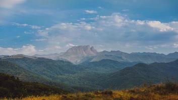 vue sur la chaîne de montagnes pendant la journée