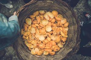 cáscaras de naranja en la cesta