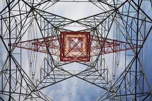 Torre de electricidad vista desde abajo foto