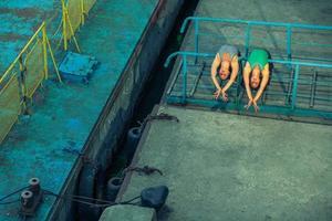 dos hermosas hermanas gemelas bailando ballet en la ciudad. foto