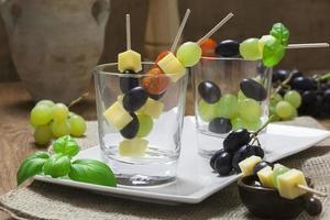 espetos de queijo com uvas azuis em copos