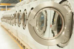 fila de lavadoras de carga frontal foto