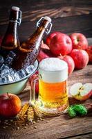 cerveza fría y fresca con manzanas