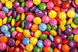 caramelos coloridos en forma de botón rellenos de chocolate foto
