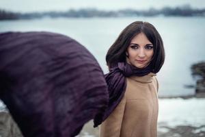 retrato de una hermosa niña al aire libre foto