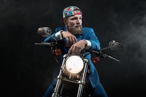 empresario de la cadera esperando en su moto