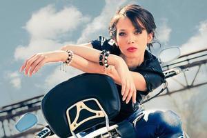 chica en moto foto