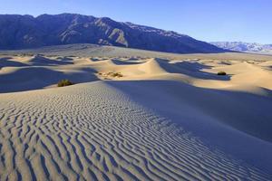 dunas de areia e montanhas na paisagem do deserto