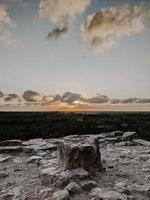 grijze rotsachtige kust