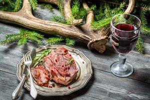 hertenvlees geserveerd in de boswachterhut met wijn
