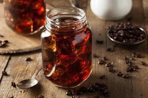 Café frío casero en un tarro sobre una mesa