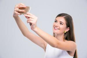 Adolescente femenina haciendo foto selfie en smartphone