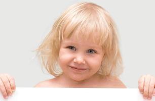 niña sosteniendo una pancarta blanca foto