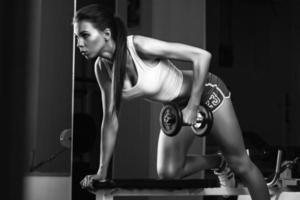 mujer deportiva en gimnasio