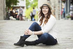 hermosa mujer joven en la ciudad foto