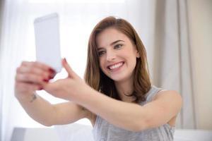sonriente hermosa niña haciendo foto selfie