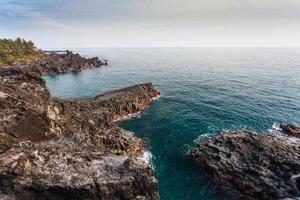 playa con juntas de columnas volcánicas, isla de jeju, corea. foto